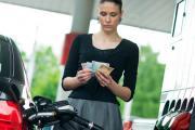 Доллар дешевеет, бензин дорожает